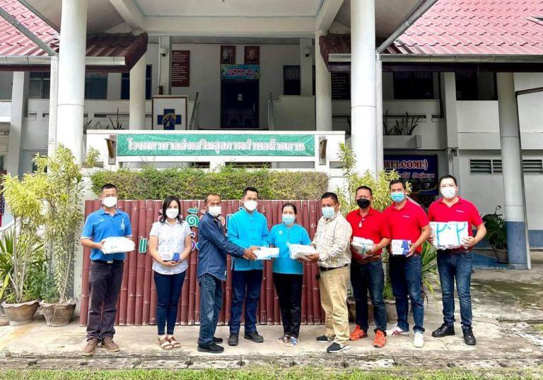 คณะผู้บริหารและสมาชิกสภาเทศบาลนำหน้ากากอนามัย และชุด PPE มอบให้ รพสต.ในพื้นที่และโรงเรียนงำเมืองวิทยาคม
