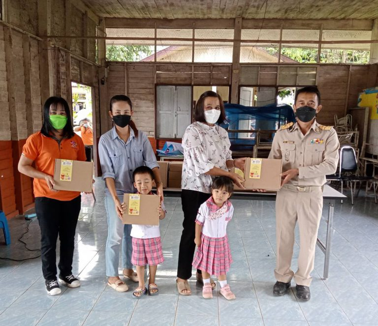 ศูนย์พัฒนาเด็กเล็กเทศบาลตำบลห้วยลาน มอบกล่องของขวัญครอบครัวยิ้ม